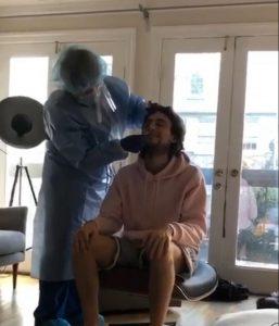 Ali Can Mutlu'ya özel doktor şebekesi aracılığyla ulaştığı bir doktor tarafından kovid-19 testi yapılıyor.